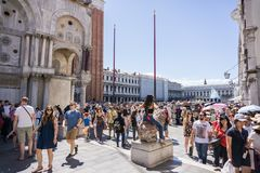 San Marko vulde met groep mensen op een beaufiful zonnige dag in VENETIË, ITALIË - 14 8 2017 stock foto