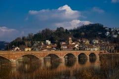 San Mauro torinese a ponte no rio po foto de stock royalty free