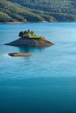 San Michel Chapel e lago Serre Poncon, alpi, Francia Fotografia Stock Libera da Diritti