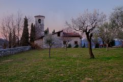 San Michele kyrka i Ome (Brescia) för gryning Arkivbilder