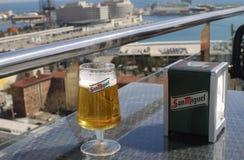 San Miguel Beer al caffè con la vista. Barcellona. immagini stock libere da diritti