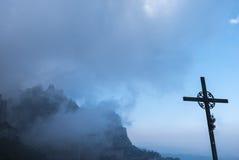 San Miguel Cross am Kloster von Santa Maria de Montserrat I Lizenzfreies Stockfoto