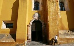 San Miguel De Allende, México 18 de enero de 2017: San Miguel De Allende, México 18 de enero de 2017: Un hombre camina más allá d Imagen de archivo