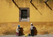 San Miguel De Allende, styczeń 18, 2017: Ludzie spaceru past buildling Fotografia Stock