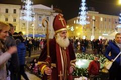 San Nicolás que da los regalos a los niños en Zagreb Fotos de archivo