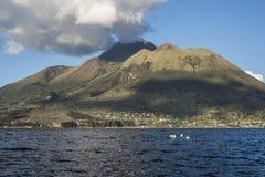 在San Pablo湖, Otavalo,厄瓜多尔下的Imbabura火山 图库摄影