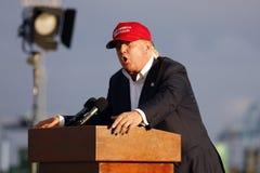 SAN PEDRO, CA - 15 DE SETEMBRO DE 2015: Donald Trump, candidato 2016 presidencial republicano, fala durante uma reunião a bordo d Imagem de Stock