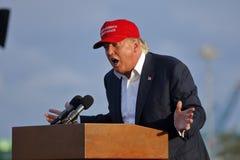 SAN PEDRO CA - SEPTEMBER 15, 2015: Donald Trump 2016 republikanska presidentkandidat, talar under en samla ombord striderna Royaltyfri Fotografi