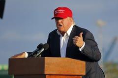 SAN PEDRO CA - SEPTEMBER 15, 2015: Donald Trump 2016 republikanska presidentkandidat, talar under en samla ombord striderna Arkivbild