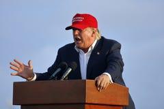 SAN PEDRO CA - SEPTEMBER 15, 2015: Donald Trump 2016 republikanska presidentkandidat, talar under en samla ombord striderna Fotografering för Bildbyråer