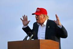 SAN PEDRO CA - SEPTEMBER 15, 2015: Donald Trump 2016 republikanska presidentkandidat, talar under en samla ombord striderna Royaltyfria Bilder