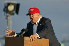 SAN PEDRO, CA - 15 SEPTEMBRE 2015 : Donald Trump, le candidat républicain à la présidentielle 2016, parle pendant un rassemblemen Photographie stock