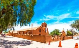 SAN PEDRO DE ATACAMA, ΧΙΛΉ - 18 ΙΑΝΟΥΑΡΊΟΥ 2018: Άποψη της καθολικής εκκλησίας Διάστημα αντιγράφων για το κείμενο στοκ εικόνες με δικαίωμα ελεύθερης χρήσης