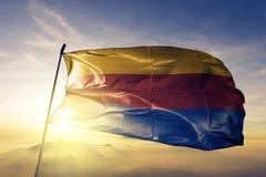 San Pedro de Macoris Province da tela de pano de matéria têxtil da bandeira da República Dominicana que acena na névoa superior d imagens de stock