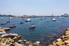 SAN PEDRO - MAJ 28 - 2018: en port som är full av fiskebåtar som är klara att segla royaltyfria bilder