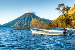 San Pedro Volcano op Meer Atitlan in Guatemalaanse hooglanden Stock Foto