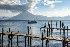San Pedro vulkan, sjö Atitlan, Guatemala Arkivbilder