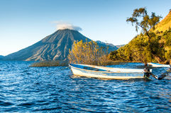 San Pedro wulkan na Jeziornym Atitlan w Gwatemalskich średniogórzach Zdjęcie Stock