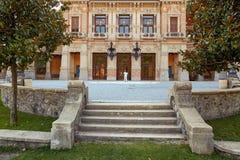 San Pellegrino Terme, Italien - 18. August 2017: Städtisches Kasino und angrenzendes Gebiet mit Landschaft entwerfen Stockbild