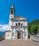 San Pietro e Paolo Church in Nesso, mooi dorp op Meer Como, Lombardije, Italië royalty-vrije stock afbeeldingen