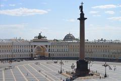 San Pietroburgo, Alexander Column nel quadrato del palazzo fotografia stock