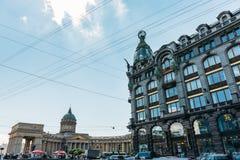 San Pietroburgo, Russia - circa giugno 2017: Camera di Cantante su Nevsky Prospekt e sulla cattedrale di Kazan Fotografie Stock Libere da Diritti