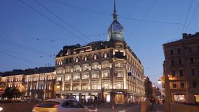 SAN PIETROBURGO, RUSSIA - 5 GIUGNO 2019: Illuminazione anche di belle costruzioni in San Pietroburgo Gente sconosciuta archivi video