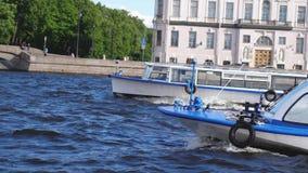 SAN PIETROBURGO, RUSSIA, IL 21 GIUGNO 2017 Barche che galleggiano in canale di fiume in San Pietroburgo al rallentatore 3840x2160 archivi video