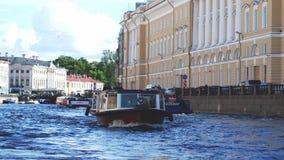SAN PIETROBURGO, RUSSIA, IL 21 GIUGNO 2017 Barche che galleggiano in canale di fiume in San Pietroburgo Movimento lento 3840x2160 stock footage