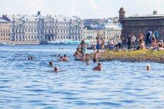 SAN PIETROBURGO, RUSSIA - 26 LUGLIO 2014: Nuotata dei residenti in Immagine Stock
