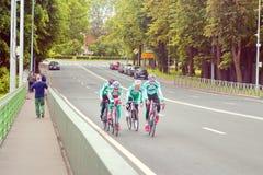 San Pietroburgo, Russia - 8 luglio 2017: Treno dei ciclisti nel riciclaggio della strada Isola di Petrovsky 2 fotografia stock