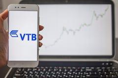 SAN PIETROBURGO, RUSSIA - 14 MAGGIO 2019: logo della banca russa VTB sui precedenti dei grafici di riserva immagine stock