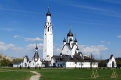 SAN PIETROBURGO RUSSIA - MAI 07, 2014: Chiesa di St Peter l'apostolo nel parco medio Fotografie Stock Libere da Diritti