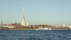 San Pietroburgo, Russia - marzo 2019: Barca turistica del movimento lento che galleggia a sinistra di Peter e di Paul Fortress de stock footage