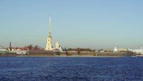 San Pietroburgo, Russia - marzo 2019: Movimento lento del fiume di Neva e Peter e Paul Fortress in primavera archivi video