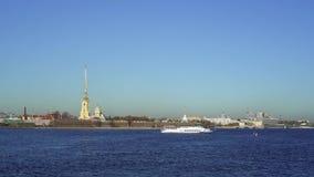 SAN PIETROBURGO, RUSSIA - MARZO 2019: Una barca turistica che galleggia davanti a Peter ed a Paul Fortress in primavera stock footage