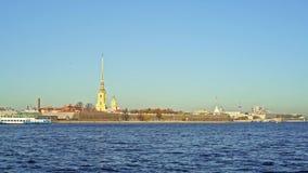 SAN PIETROBURGO, RUSSIA - MARZO 2019: Vista del fiume di Neva e Peter e Paul Fortress in primavera video d archivio