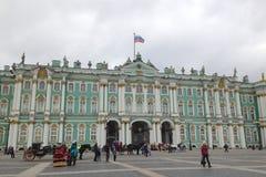 San Pietroburgo, Russia - 11 ottobre 2014: Resto della gente, passeggiata lungo il quadrato del palazzo vicino al palazzo di inve immagine stock libera da diritti