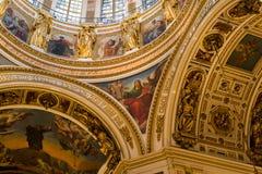 SAN PIETROBURGO, RUSSIA - 10 settembre 2013 San interno Isaac Cathedral assolutamente decorato con le pitture ed i bassorilievi, Fotografie Stock Libere da Diritti