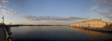 San Pietroburgo, una vista allo sputo dell'isola di Vasilyevsky, Peter Immagine Stock