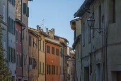 SAN QUIRICO D ` ORCIA,意大利- 2016年10月30日-迷人的狭窄的街道在圣Quirico d ` Orcia镇  免版税库存图片