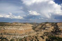 San Rafael Swell berglandskap med regn som faller från cet Arkivfoton