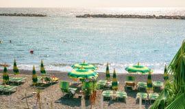 San Remo, Itália, o 18 de setembro de 2018: O terraço da praia do beachclub Baya Greca na cidade italiana San Remo fotos de stock royalty free