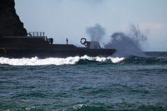 San Sebastián, España - 16 de marzo de 2018: la gente que mira ondas que salpican escénicas enormes por escénico el peine del vie imagenes de archivo