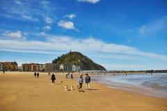 SAN SEBASTIAN, ESPAGNE - 6 AVRIL 2019 : Les gens appréciant le beau temps sur la plage de Zurriola dans San Sebastian, Espagne photographie stock