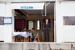 San Sebastian Peu de restaurant de poissons de port sur à terre Photos libres de droits