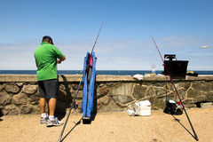 SAN SEBASTIAN SPANIEN JULI 12, 2015, en fiskare under ett fiske Royaltyfria Bilder