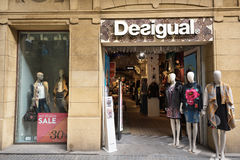 SAN SEBASTIAN SPANIEN - OKTOBER 17, 2016: Desigual modelager Royaltyfri Bild
