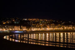 San Sebastian strand på natten arkivfoto