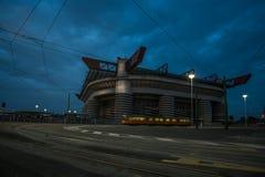 San Siro Stadion von Mailand nachts mit bewölktem Himmel lizenzfreie stockfotografie